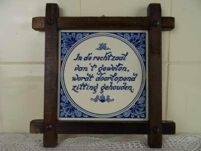 Antieke tegel met spreuk Delfts blauw