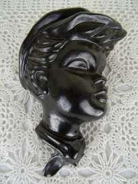 Aardewerk kinderkopje vervaardigd rond 1950 of iets later. Afgebeeld is een typisch Hollands jongetje met pet. Het lieflijke object is puntgaaf, de maker is onbekend.