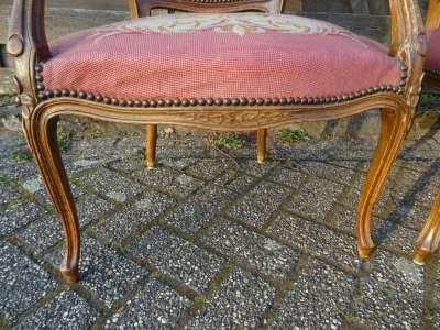 Antieke houten stoelen en bankje Romantiek periode